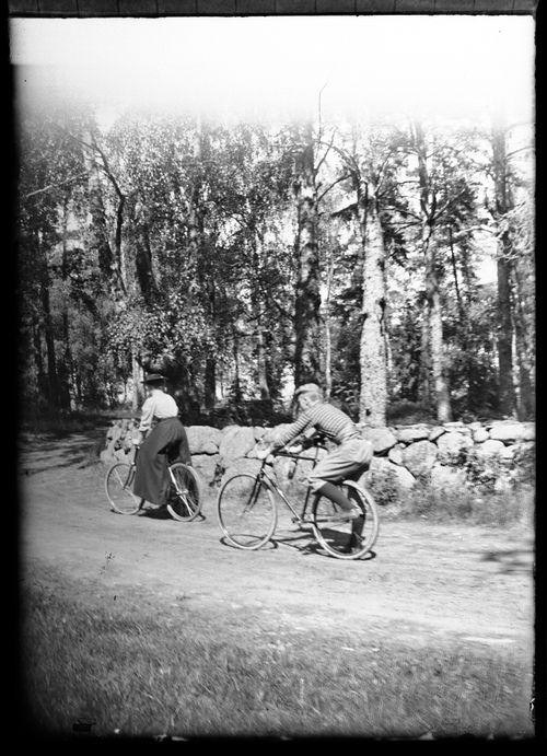 Blenda ja Wolter Simberg pyöräilemässä