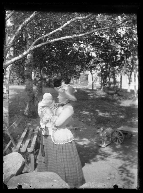 Lilli ja Laine Simberg puistossa