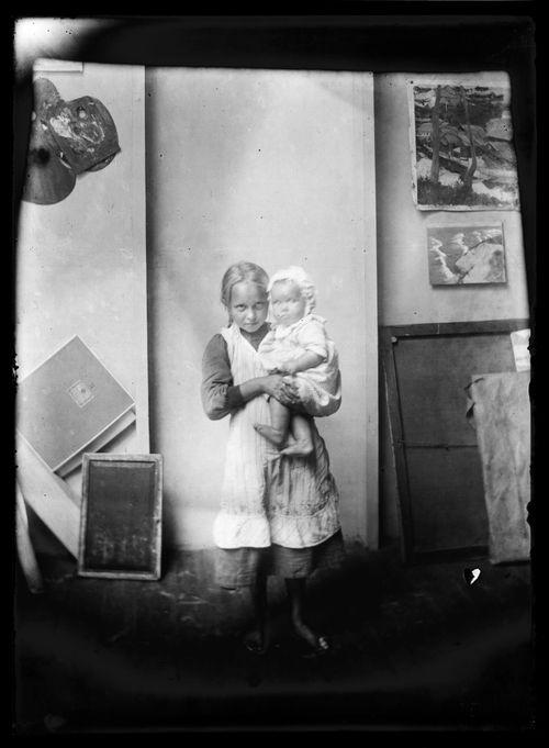 Tyttö ja lapsi malleina Selkärannan ateljeessa