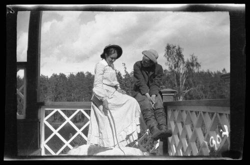 Erna ja Guido Simberg sekä Sarto Vaaleanpunaisen huvilan kuistilla