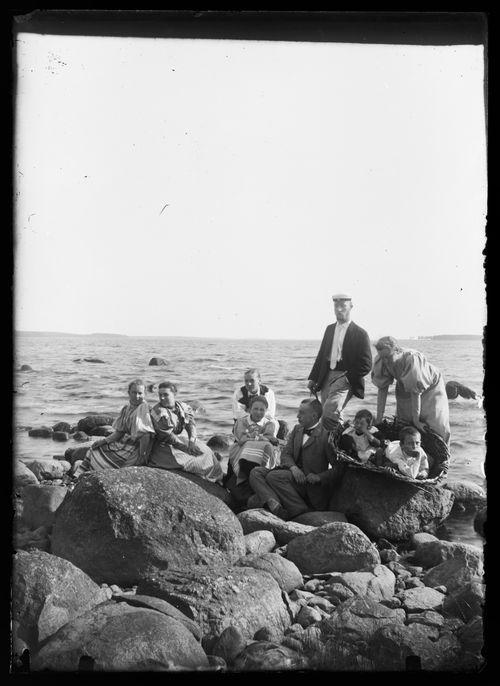 Ryhmäkuva Selkärannan rantakivillä