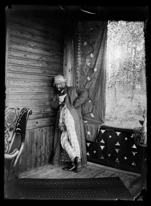Hugo Simberg naamiaisasussa Andersinien huvilan kuistilla