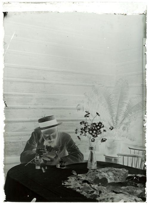 Hugo Simberg uurtaa kuvaa sinkkilevylle syntymäpäivänään