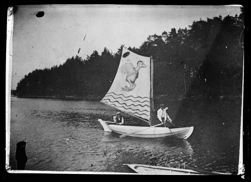 Valkoinen vene Hugon maalaamine hirviöpurjeineen