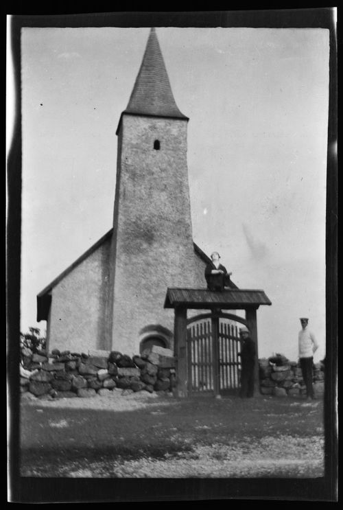 Osmussaaren kirkko, portilla todennäköisesti Werner Åström, oikealla Carl Alfthan