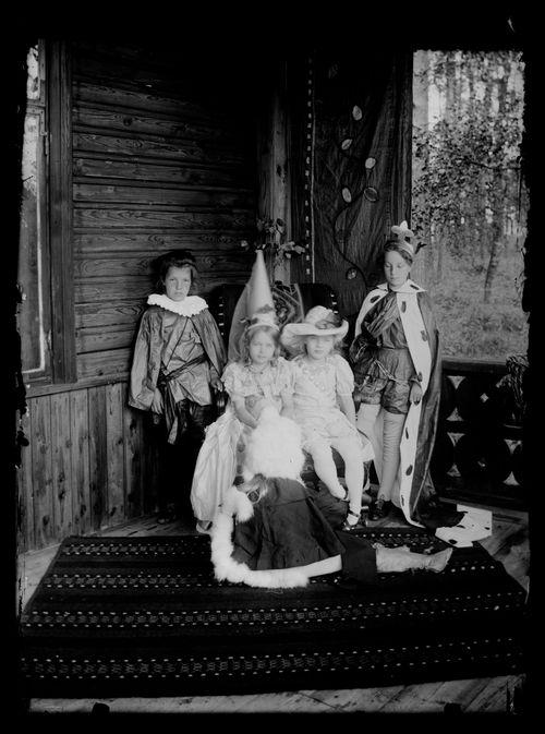 Lapsia naamiaisasussa Andersinien huvilalla, Gaddin lapsia sekä Karin ja Lisa Andersin