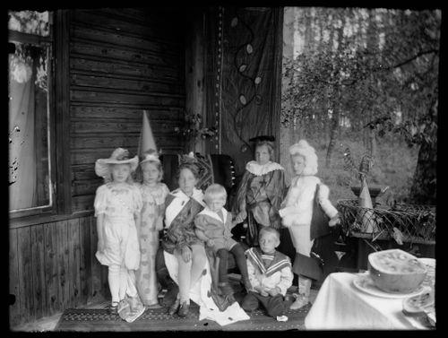Lapsia naamiaisasussa Andersinien huvilalla, Gaddin lapsia ja Karin ja Lisa Andersin