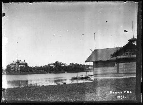 Oikealla soutuklubin paviljonki Kaisaniemessä,  vasemmalla tehtailija Rieksin huvila