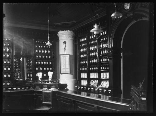 Viipurin apteekki Punaisenlähteentorilla, kuva interiööristä