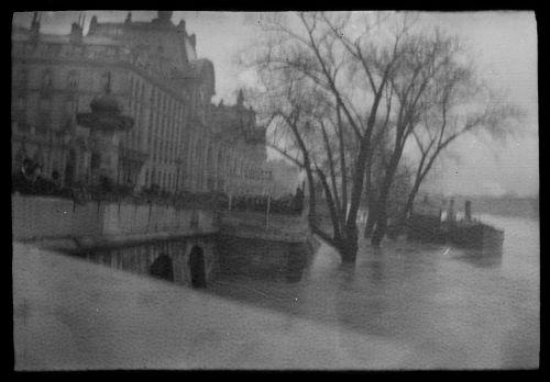 Seine-joki Pariisissa, vasemmalla Guichets du Louvre