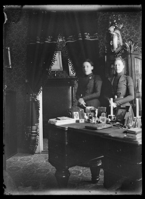 Elli ja Ellen von Schoultz Viipurin kodissaan