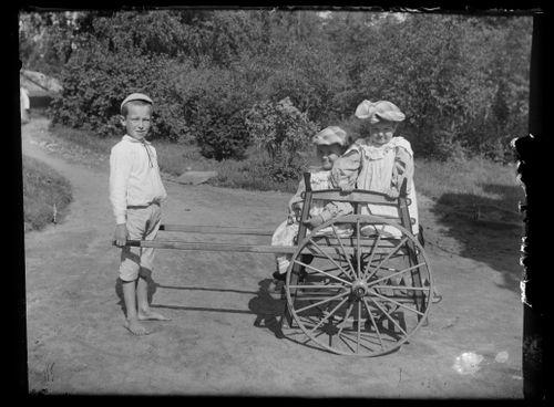 Guido Simberg vetää rattaita, kyydissä Laine ja Inge Simberg