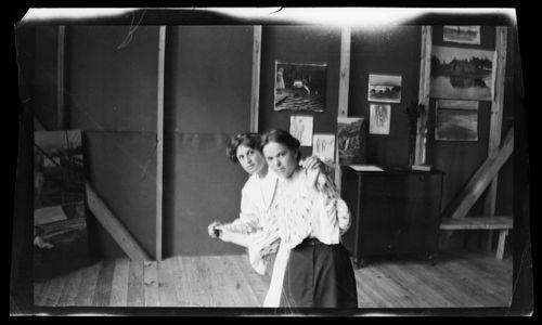 Maigo ja Inge Simberg todennäköisesti malleina Selkärannan ateljeessa