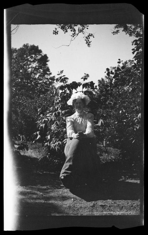 Nainen puutarhassa