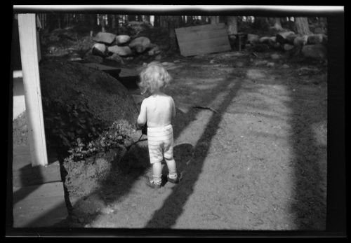 Kukkien kastelija, Tom Simberg mallina Selkärannan ateljeen pihalla