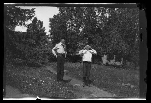 Carl Alfthan ja Guido Simberg, taustalla Valkoinen huvila