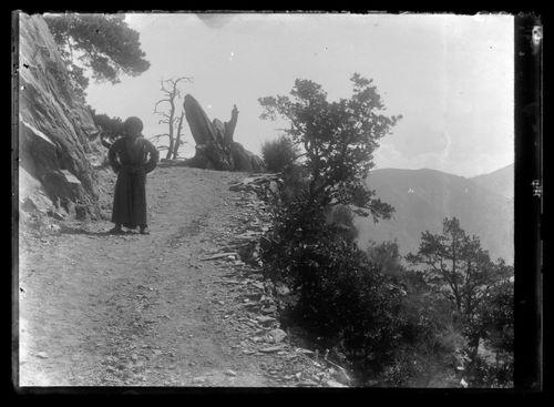 Mies Kaukasuksen vuoristotiellä
