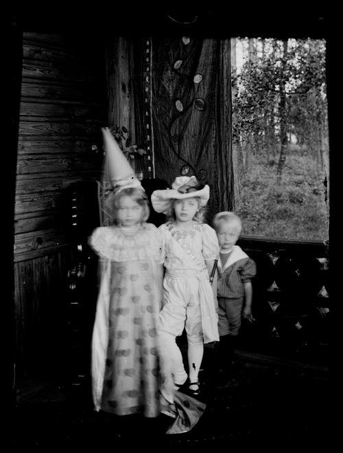 Lapsia naamiaisasussa Andersinien huvilan kuistilla, Gaddin lapsia ja Karin ja Lisa Andersin