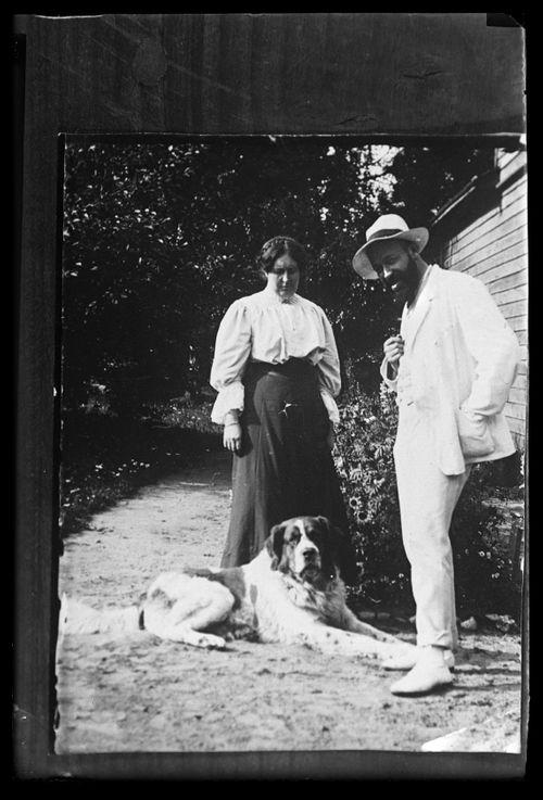Hugo Simberg Blenda-sisarensa ja Sarto-koiran kanssa