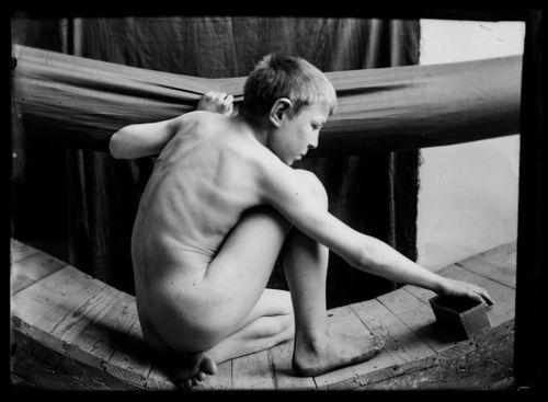 Poika Tampereen Johanneksen kirkon köynnöksenkantajan mallina