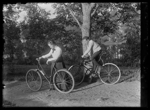 Elsa ja Guido Simberg lähdössä pyöräilemään
