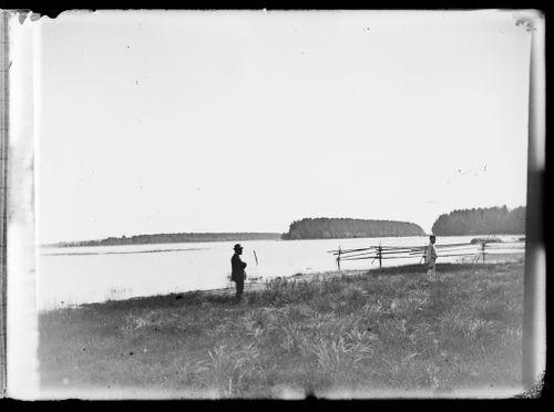 Emil Andersin (vas.) ja Wolter Simberg Loirin niityllä, taustalla oikealta Niemenlautta, Niemenlautan salmi, Essaari ja Koivusaari