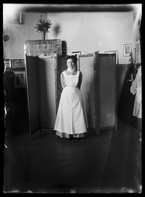Elsa Simberg mallina Luotsikadun ateljeessa