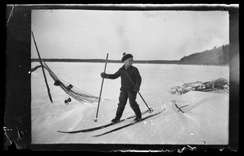Poika hiihtämässä
