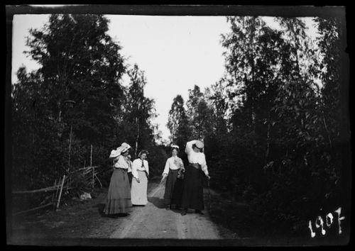Elma, Blenda ja Elsa Simberg Niemenlautan tiellä,  Jette Heyno todennäköisesti vasemmalla