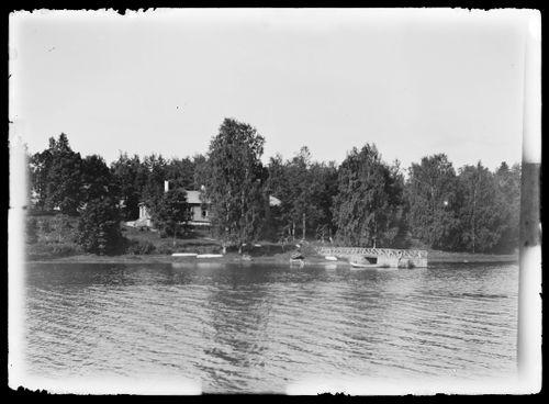 Valkoinen huvila ja kartanon venelaituri