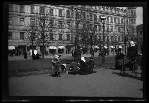 Lapsia leikkimässä Esplanadin puistossa