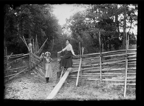 Lilli ja Elsa Simberg veräjällä Niskapohjan tien varrella