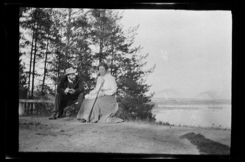 Hugo Simberg piirtää kuvaa Elsa Simbergistä