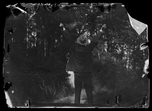 Hugo Simberg asentomallina Omenienpoimija-teoksen mallille