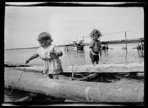 Tom ja Leif Simberg leikkivät rantavedessä