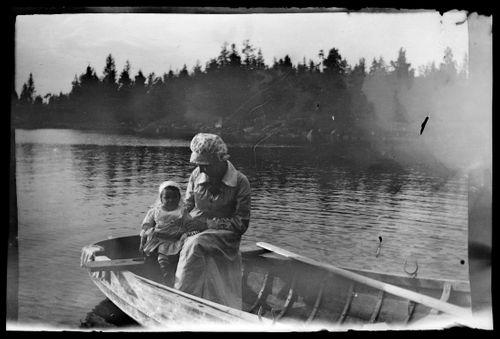 Uhra ja Anni Simberg soutuveneen kyydissä Pellingissä