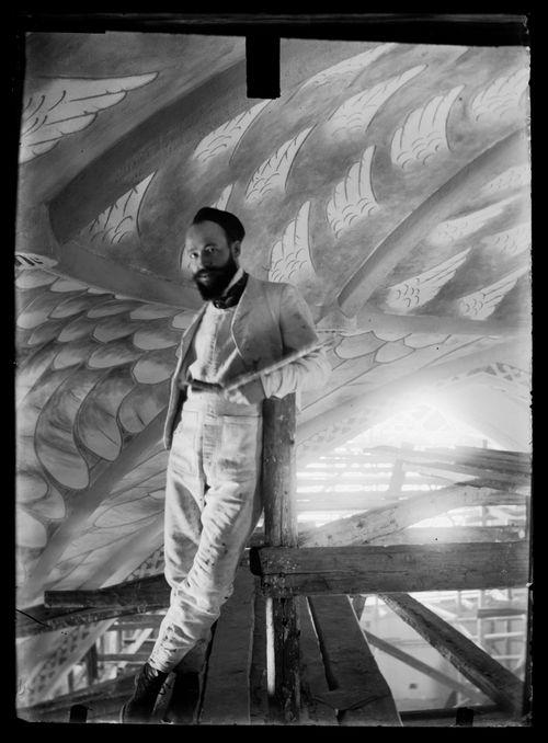 Hugo Simberg maalaamassa Tampereen Johanneksen kirkon holvivaippaan enkelien siipivartiota