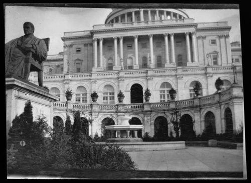 Yhdysvaltain kongressin länsijulkisivu Washington DC:ssä