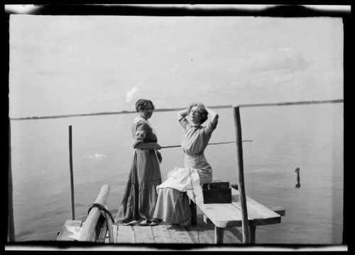 Anni Simberg ja Impi Bremer kalastavat Selkärannan laiturilla