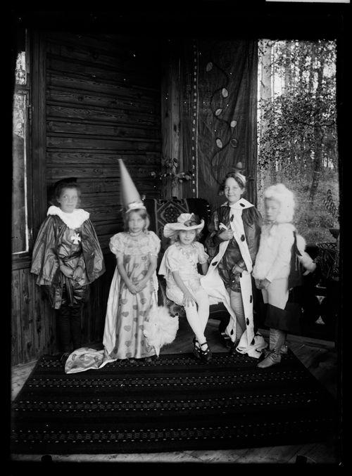 Lapsia naamiaisasussa Andersinien huvilan kuistilla, Gaddin lapsia sekä Karin ja Lisa Andersin