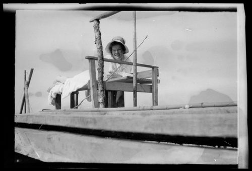 Anni Simberg kalastaa Selkärannan laiturilla