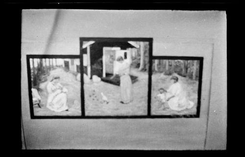 Heinäkuun aurinkoa, Triptyykki: vasemmalla imettävä nainen, keskellä kukkoa ruokkiva Anni Simberg, oikealla polvistunut Anni Simberg vierellään Tom Simberg