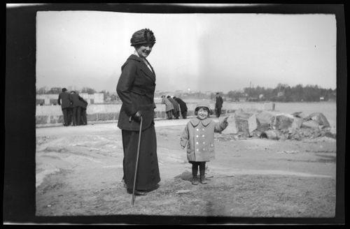 Anni ja Tom Simberg Kruununhaassa, oikealla Nihti ja Sompasaari