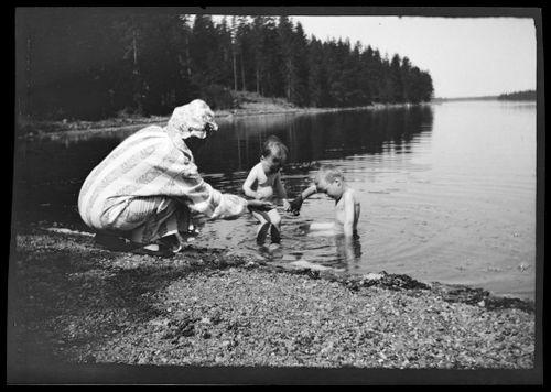 Anni, Uhra ja Tom Simberg leikkivät rannalla Pellingissä