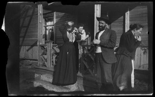 Elsa, Elma, Blenda ja Niclas Simberg Vaaleanpunaisen huvilan kuistilla