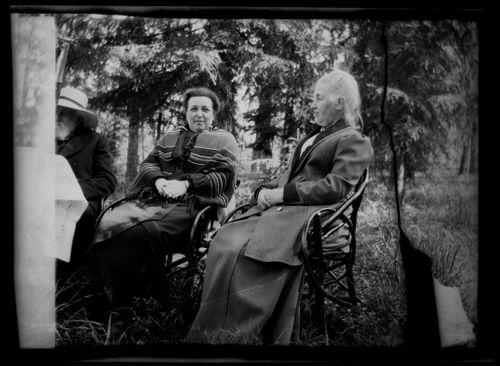 Niclas Simberg, Mathilda Helena Andersin o.s. Simberg ja tuntematon nainen Niemenlautan puutarhassa
