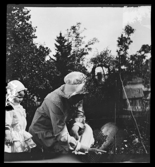Uhra ja Anni Simberg pihatöissä Pellingissä