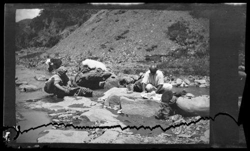 Nahanpesijöitä vuoristosolassa Tiflisin (Tbilisi) lähellä