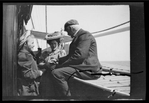 Äiti ja tytär jokihöyrylaivalla Rein-joella, heidän seurassaan mieshenkilö
