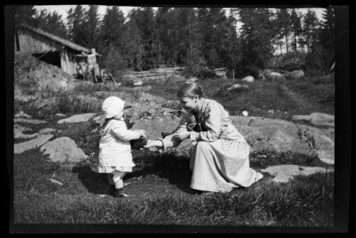 Uhra Simberg ja tuntematon nainen leikkivät Pellingissä